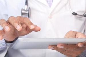 medico utilizzando una tavoletta digitale foto