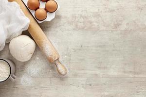 pasta e uova con un rullo da cucina e copia spazio foto