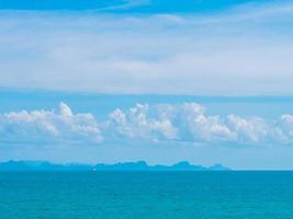 bellissimo mare e nuvole bianche foto