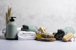 decorazione del bagno con bottiglia di sapone e asciugamano foto