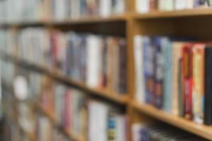 libri sfocati sugli scaffali della biblioteca foto