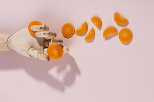 modello mano che tiene le carote foto