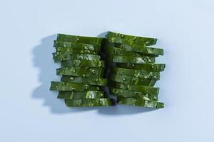 fette di cetriolo tritate su backgorund baby blue foto