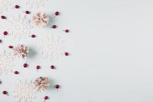 carta raccolta di fiocchi di neve e bacche foto