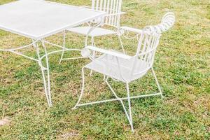 sedia e tavolo vuoti foto