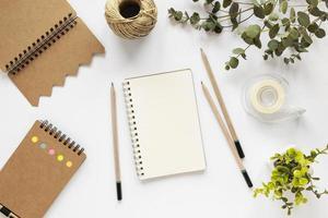 taccuino in bianco sulla scrivania bianca, copia dello spazio foto