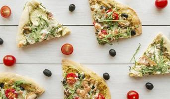 composizione pizza con pomodori e olive foto