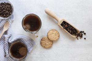 tazze di caffè con biscotti sul tavolo foto