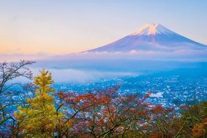 bellissimo paesaggio di mt. fuji nella stagione autunnale foto