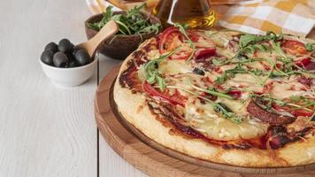 pizza fatta in casa con ingredienti foto