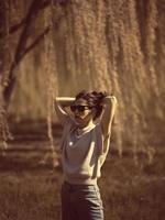 donna di moda all'aperto in uno scenario primaverile foto