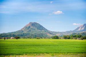 vasta valle di zambales nelle filippine con le sue montagne nel bakground foto