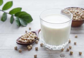 latte di soia e soia sul tavolo foto