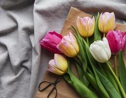 tulipani di primavera su uno sfondo di tessili foto