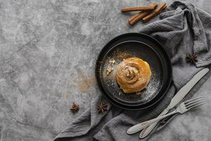 rotolo alla cannella piatto con zucchero a velo foto