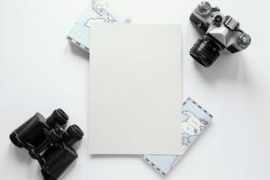 fotocamera, binocolo e mappe con spazio di copia foto