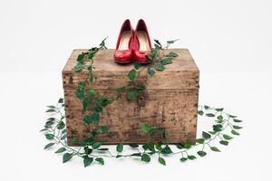 scarpe rosse con scatola su sfondo bianco foto