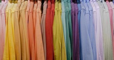 Close up multi camicie colorate su grucce foto