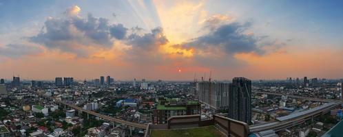vista panoramica di bangkok, thailandia al tramonto foto