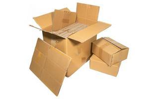 diverse scatole di cartone di diverse dimensioni isolate foto