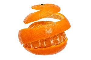 mandarino sbucciato tutto intorno in una striscia foto