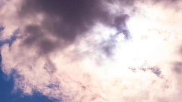 il mistico sole nel cielo irrompe tra le nuvole foto