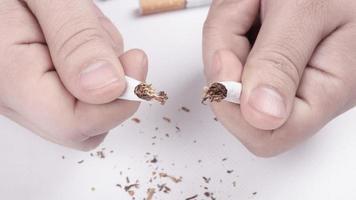 sigaretta rotta in primo piano mano, smettere di fumare foto