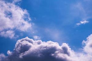 cielo blu con nuvole e copia spazio foto