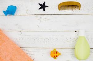 vista dall'alto accessori da bagno per bambini con fondo in legno foto
