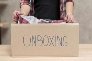 persona che unboxing una scatola foto