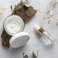 crema per la pelle bianca su sfondo di legno naturale foto