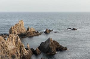 paesaggio con mare e rocce foto