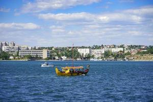 vista sul mare che domina le attrazioni dell'antica città storica. foto