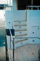 dettagli dello scafo di uno yacht bianco foto