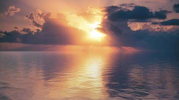 vista sul mare con un bel tramonto all'orizzonte. foto
