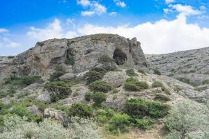 paesaggio naturale con rocce ricoperte foto