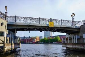 paesaggio urbano con vista sul fiume pregolya, ponte e edifici moderni. foto