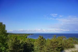 paesaggio marino del mar baltico con dune di sabbia costiera della lingua dei curoni. foto