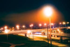 paesaggio notturno con vista sul ponte d'oro. foto