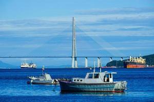 vista sul mare che domina il ponte russo e le navi. foto