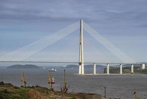 vista sul mare con vista sulla costruzione del ponte russo. foto