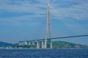 vladivostok, russia. vista sul mare con vista sul ponte russo. foto