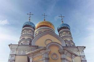 la costruzione della chiesa dell'intercessione contro il cielo azzurro. foto
