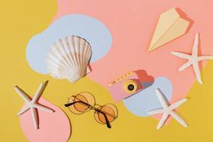 divertente sfondo spiaggia con stelle marine, fotocamera e occhiali da sole foto