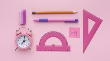 materiale scolastico su sfondo rosa foto