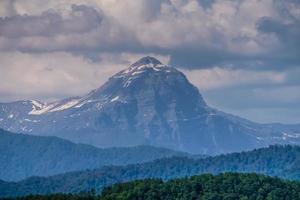 bellissimo paesaggio con vista sulla vallata e sulle montagne foto