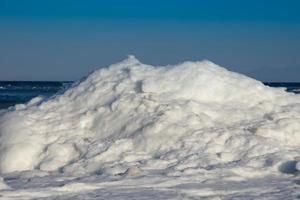 vista sul mare con costa in ghiaccio e neve foto