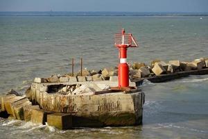 vista sul mare con vista sul faro rosso. foto