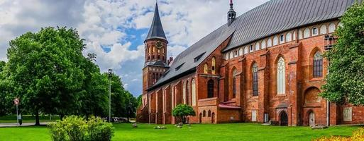 panorama con vista sulla famosa cattedrale immersa nel verde estivo. foto