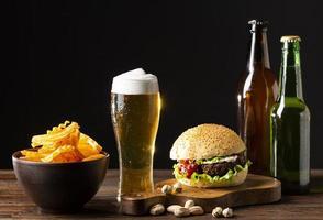cibo da bar con birre foto